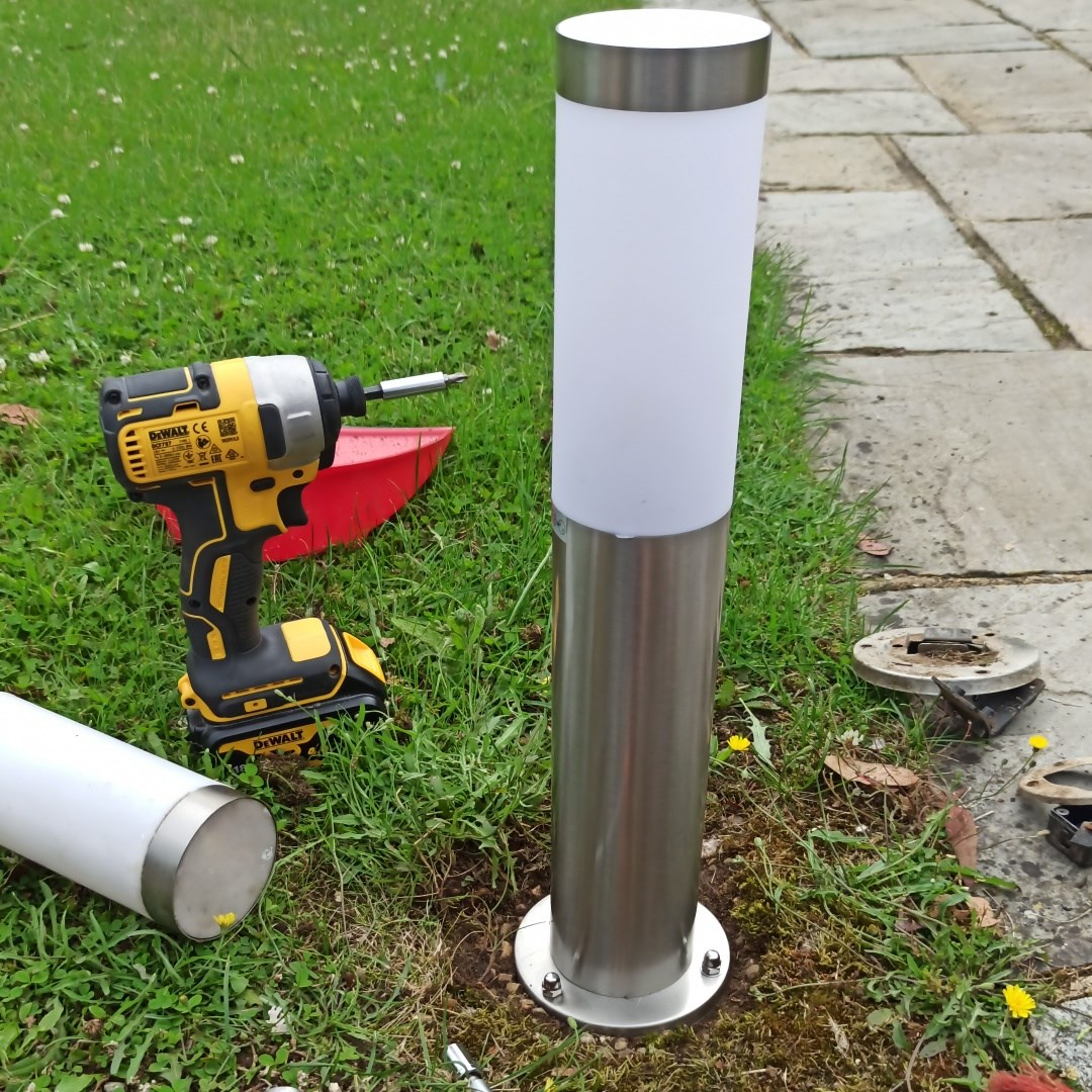 Driveway lamps replaced in Sonning